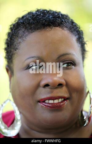 Outdoor Portrait des mittleren gealterten afroamerikanische Frau - Stockfoto
