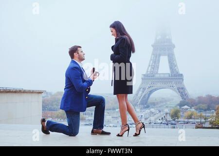 Heirate mich, Vorschlag in Paris in der Nähe von Eiffelturm - Stockfoto