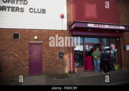 Zwei Männer warten am Eingang der Fanclub aufbauend auf Castle Street außerhalb der Boleyn Ground, bevor West Ham - Stockfoto