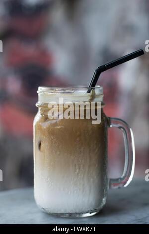 Eiskaffee mit Milch und Stroh - Stockfoto