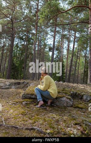 Schweden, Sodermanland, Stockholms län, Nacka, Mitte Erwachsene Frau mit Hund ruht im Wald - Stockfoto