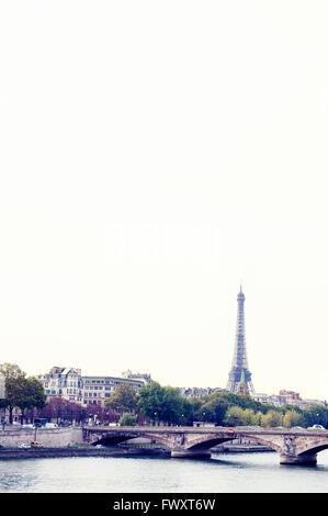 Frankreich, Paris, Brücke über Seineufer mit Eiffelturm im Hintergrund - Stockfoto
