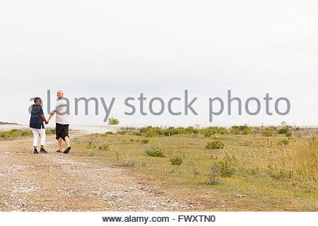 Schweden, Gotland, Furillen Mitte erwachsenes paar Hand in Hand und Fußweg entlang - Stockfoto
