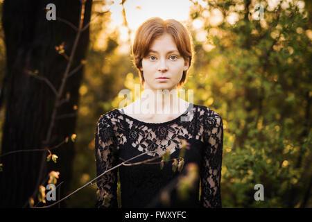 Finnland, Südwest-Finnland, Porträt der jungen Frau im Wald - Stockfoto