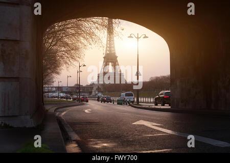 ungewöhnlichen Blick auf Paris, Eiffelturm in Brücke gerahmt - Stockfoto
