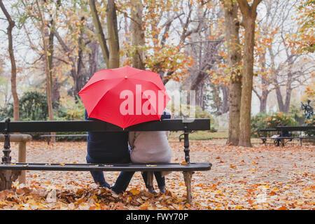 paar unter Dach im Herbst parken, Liebe Konzept, glückliche ältere Menschen - Stockfoto