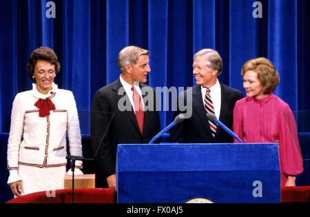 New York, New York, USA. 14. August 1980. US-Präsident Jimmy Carter, Mitte rechts und US-Vizepräsident Walter Mondale, - Stockfoto