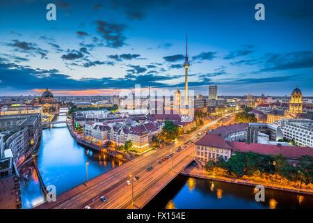 Luftaufnahme der Berliner Skyline mit dramatische Wolken in der Dämmerung während der blauen Stunde in der Abenddämmerung, - Stockfoto