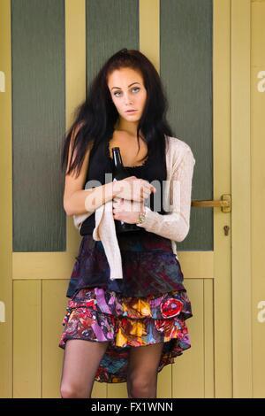 Böses Mädchen Trinker frontalen Vorderansicht Eyescontact Persönlichkeit person - Stockfoto