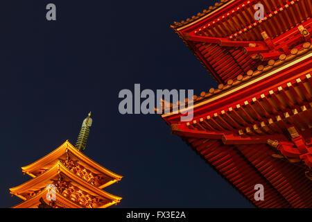 Ein zugeschnittenes Bild der Tempel in Asakusa, Tokio, Japan - Stockfoto