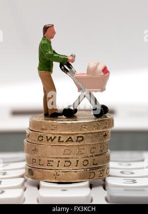 Einem einzigen männlichen Miniatur Figur Elternteil mit einem Kinderwagen stehen auf Pfund-Münzen und einen Taschenrechner - Stockfoto