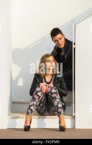 Junges Paar beobachten Sonnenuntergang im freien attraktive schöne Menschen Jugend Stilettos Stiletto teen - Stockfoto