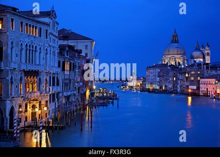 Nacht fällt auf den Canal Grande, Venedig, Italien. Blick vom Ponte Accademia.  Im Hintergrund, Santa Maria della - Stockfoto