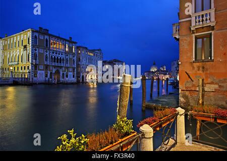 """Nacht fällt auf den Canal Grande, Venedig, Italien. Foto rechts neben der Accademia Ponte (""""Brücke""""). - Stockfoto"""