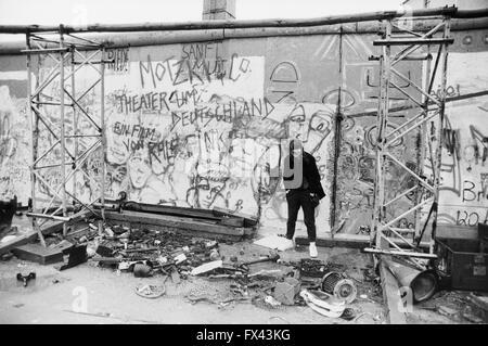 Archiv-Bild einer jungen Frau vor Graffiti auf den Resten der Berliner Mauer, Potsdamer Platz, Berlin, März 1994. - Stockfoto