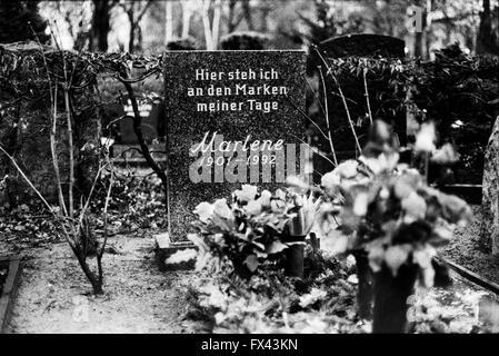 marlene dietrich grab berlin deutschland stockfoto bild 49038282 alamy. Black Bedroom Furniture Sets. Home Design Ideas