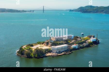 Luftaufnahme, Alcatraz, Golden Gate Bridge im Hintergrund, Alcatraz Island mit Leuchtturm bei Gegenlicht, San Francisco, - Stockfoto