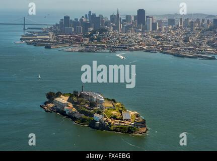 Luftaufnahme, Alcatraz, Alcatraz Island mit Leuchtturm und San Francisco im Hintergrund, San Francisco, San Francisco - Stockfoto