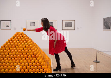 Tate Britain, London, UK. 11. April 2016. Ein Mitglied der Mitarbeiter des Museums mit Roelof Louw, Soul City (Pyramide - Stockfoto