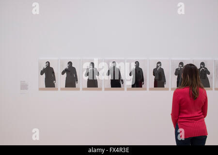 Tate Britain, London, UK. 11. April 2016. Keith Arnatt 1930-2008. Kunst als Akt der Retraktion 1971. Konzeptuelle - Stockfoto