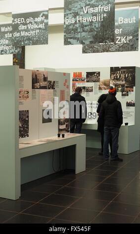 Besucher sind im Museum in der Gedenkstätte Berliner Mauer in Berlin am Bernauer Straße am 30. Dezember 2015 gesehen. - Stockfoto