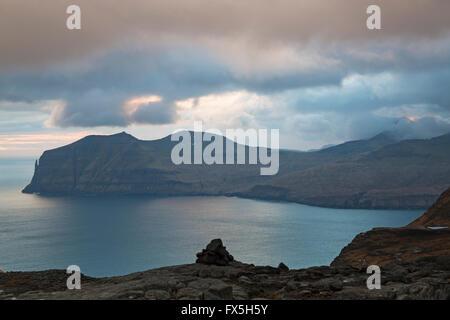 Mit Blick auf die Insel Vagar vom Skaelingur Berge am Ende des Tages auf Streymoy, Färöer, Dänemark im April - Färöer - Stockfoto