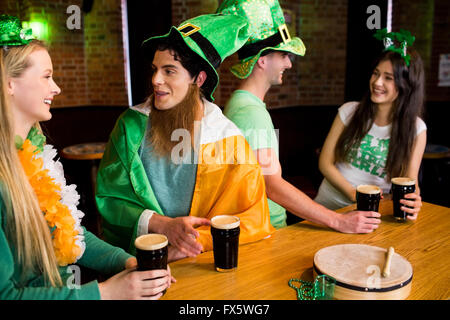Lächelnden Freunde mit irischen Zubehör - Stockfoto