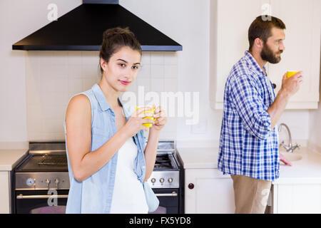Junges Paar mit Tasse Kaffee in der Küche - Stockfoto