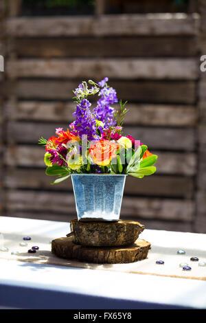 Diy hochzeit dekoration tischdekoration mit weinflaschen in sackleinen schnur gewickelt und rose - Grune dekoration ...