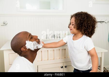 Junge half Vater rasieren im Bad - Stockfoto