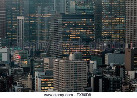 Wolkenkratzer in der Abenddämmerung in Marunouchi, Tokio, Japan. Freitag, 5. Februar 2016 - Stockfoto