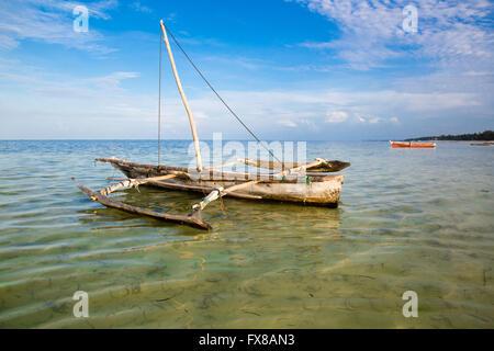 Eine kleinen Dhau vertäut an einer Lagune auf der Küste von Sansibar Ostafrika - Stockfoto