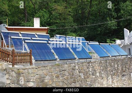 System von Sonnenkollektoren für die Warmwasserbereitung. - Stockfoto