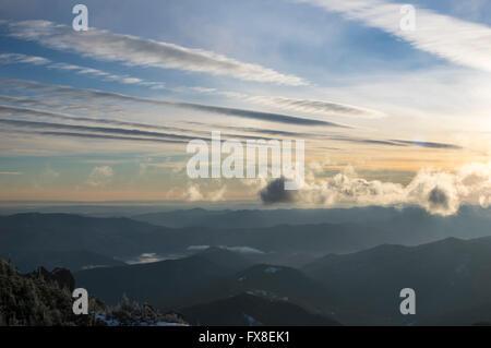 Niedrige Wolken über den Bergen im winter - Stockfoto