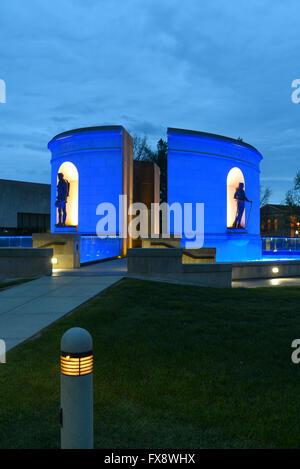 USA West Virginia WV Charleston Zustand Capitol Veterans Memorial Erster Weltkrieg und II Koreanisch Vietnam Nacht - Stockfoto