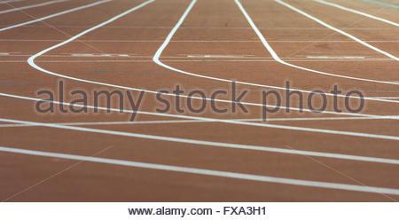 Leere Bahnen in einem Leichtathletik-Stadion. - Stockfoto