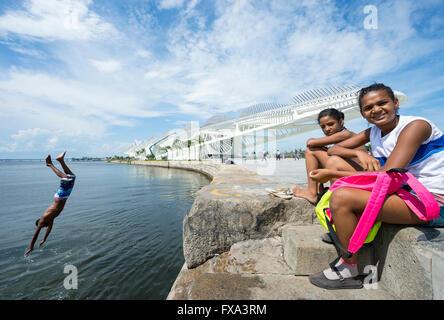 RIO DE JANEIRO - 25. Februar 2016: Junge Brasilianer springen in der Guanabara-Bucht von der Wand im Museum von - Stockfoto