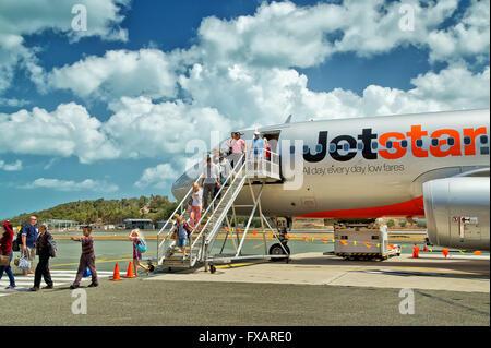 Passagiere von Bord einer Jetstar Airbus A320 auf Hamilton Island, die einzige Insel im Great Barrier Reef mit seinen - Stockfoto