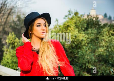Porträt von attraktive blonde junge Frau im roten Kleid, im freien Blick in die Kamera - Stockfoto