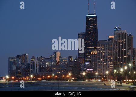 Lake Michigan mit der Skyline von Chicago und John Hancock Building von der Seepromenade in Fullerton Avenue gesehen. - Stockfoto