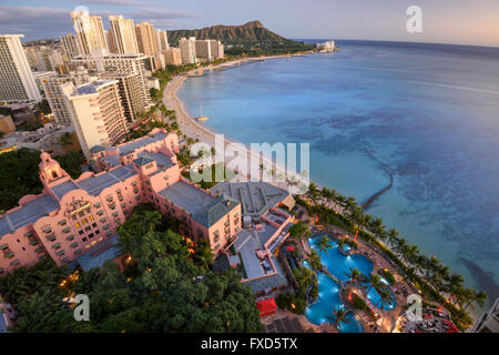 USA, Hawaii, Oahu, Honolulu, Waikiki, Sheraton Waikiki Blick auf Diamond Head, Blick auf The Royal Hawaiian, ein - Stockfoto