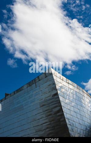 Bilbao, Spanien - 26. März 2016: Details des Guggenheim-Museums, erbaut im Jahr 1997 von kanadischen Architekten - Stockfoto