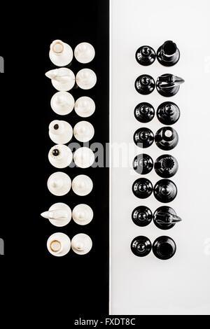 schwarze und weiße Schachfiguren - Stockfoto