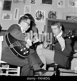Der Deutsche Jazzgitarrist Und Publizist Werner Pöhlert (Anzug Und Brille) in Seiner Gitarrenschule, 1960er Jahre - Stockfoto