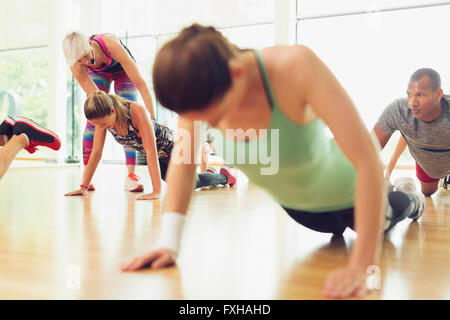 Fitness Instruktor Führung Frau in Übung - Stockfoto