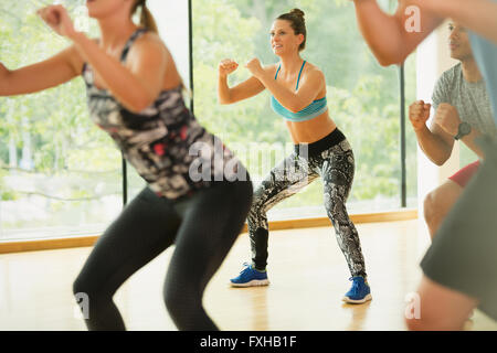 Lächelnde Frau genießen Aerobic-Kurs - Stockfoto