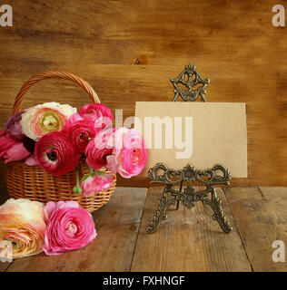 blumen im korb neben leere karte textfreiraum stockfoto bild 119072519 alamy. Black Bedroom Furniture Sets. Home Design Ideas