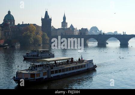 Bootsfahrten auf der Moldau, Prag - Stockfoto