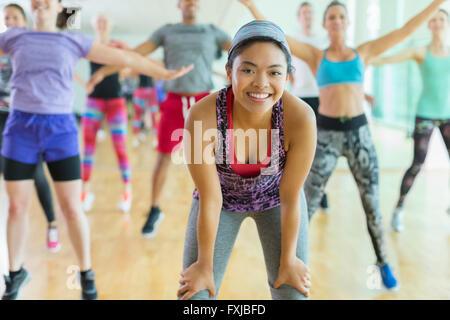 Porträt lächelnde Frau mit ruhenden Hände auf Knien in Übung - Stockfoto