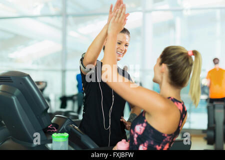 Lächelnde Frauen hohe Fiving in Turnhalle - Stockfoto